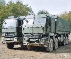 Zwei Militär-LKWas