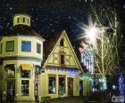 Straße mit Weihnachtsbeleuchtung