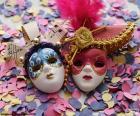 Zwei Masken und Konfetti