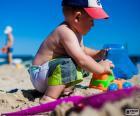 Ein Kind spielt am Strand