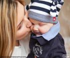 Mutter ihr Baby küssen