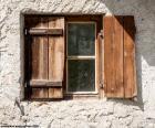 Fenster mit Fensterläden aus Holz