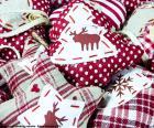 Weihnachtsschmuck aus Stoff in verschiedenen Formen hergestellt