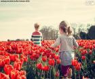 Mädchen zwischen Tulpen