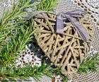 Ein schönes Herz aus Rattan verziert eine Schleife um den Valentinstag feiern