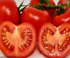 Tomaten in zwei Hälften gespalten