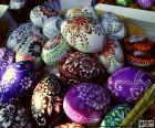Ostereier mit Zeichnungen von Blumen verziert