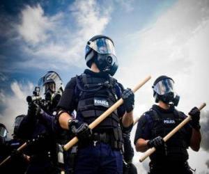 Riot Polizeibeamte mit der Keule in der Hand puzzle