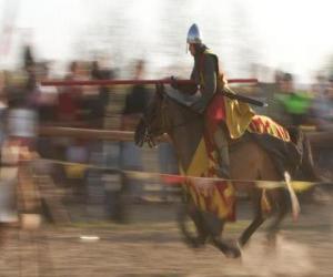 Ritter startete einen schnellen Angriff gegen den Feind mit der Lanze zu Pferd puzzle