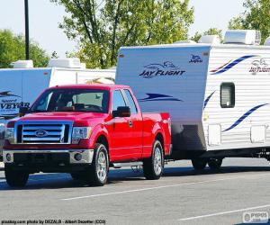 Roten Pickup-Truck mit Wohnwagen puzzle