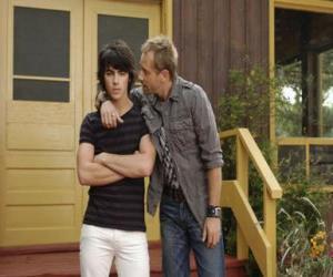 Shane (Joe Jonas) mit seinem onkel Brown Cessario (Daniel Fathers) eigentümer von Camp Rock puzzle