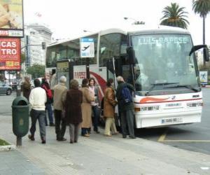 Städtischer Bus in der Bushaltestelle puzzle