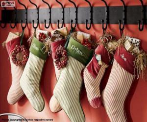 Strümpfe hingen mit Weihnachtsgeschenken puzzle