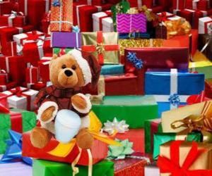 Teddybär als Weihnachtsmann verkleidet und Weihnachten geschenke puzzle