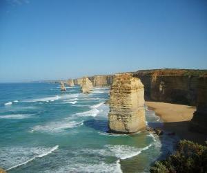 The Twelve Apostles, ist ein Cluster aus Kalkstein Nadeln ragen aus dem Meer vor der Küste von Port Campbell National Park in Victoria, Australien. puzzle