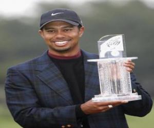 Tiger Woods mit einer Trophäe puzzle