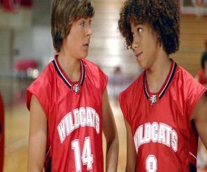 Troy Bolton (Zac Efron) und Chad (Corbin Bleu), mit t-shirt Wildcats puzzle