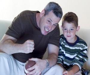 Väter und Sohn genießen eine Übereinstimmung puzzle