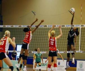 Volleyball - Spieler der spitze den ball zu blockieren versucht die gegnerische mannschaft puzzle