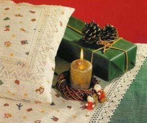 Weihnachten Kerze zusammen mit anderen Weihnachtsschmuck puzzle