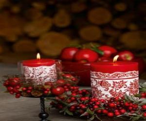 Weihnachten Kerzen beleuchtet und geschmückt mit roten Beeren puzzle
