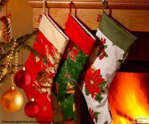 Weihnachtssocken mit dekoration und hängen an der wand die kamin puzzle