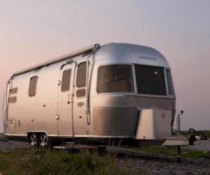 Wohnwagen oder Wohnmobil. Mobil-Home, geschlossene Anhänger, der von einem anderen Fahrzeug abgerissen ist puzzle