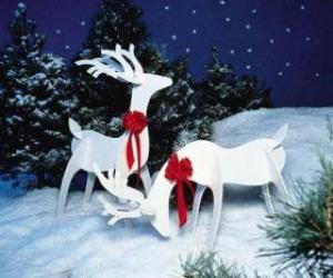Zwei hölzerne Rentier mit einer roten Schleife auf einem Weihnachtsdekoration puzzle