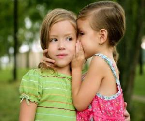 Zwei Mädchen machen Vertraulichkeiten puzzle
